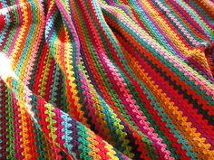 Granny Stripe--scraps, anyone? Crochet Granny, Knit Or Crochet, Crochet For Kids, Crochet Shawl, Easy Crochet, Crochet Stitches, Crochet Patterns, Crochet Rugs, Fun Patterns
