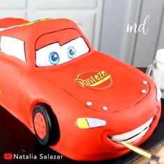 A step by step Lightning McQueen cake covered in fondant Credit Natalia Salaz Car Cake Tutorial, Fondant Cake Tutorial, Cake Fondant, Fondant Figures, Cake Decorating Videos, Cake Decorating Techniques, Gateau Flash Mcqueen, Mcqueen Car Cake, Lightning Mcqueen Cake