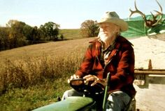 Richard Farnsworth in Disney's The Straight Story - Great road trip movie (with Sissy Spacek) about riding a tractor across country. David Lynch, Richard Farnsworth, The Straight Story, Road Trip Movie, Sissy Spacek, Viera, Old Hollywood, Movie Stars, Hipster