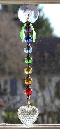 """Suncatcher Attrape soleil en perles de cristal aux couleurs des chakras et agrémentées d'un gros coeur : """"Energies de vie"""""""