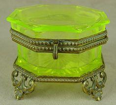 Vaseline green dresser box with gilded trim 334_1.jpg (433×393)