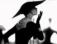 Chanel - Vintage Chanel LBD with the timeless pearl necklace. & a wide brimmed hat. Glamour Vintage, Chanel Vintage, Vintage Beauty, Vintage Couture, Vintage Vogue, Vintage Paris, Vintage Outfits, Vintage Clothing, Vintage Dresses