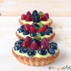 Minitarte cu fructe si crema de vanilie - simonacallas Romanian Desserts, Romanian Food, Cookie Recipes, Dessert Recipes, Small Desserts, Cake Shop, Food To Make, Cheesecake, Deserts