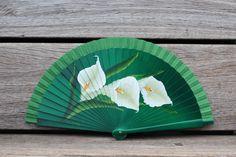 Abanico pintado a mano de madera de arce con calas grandes blancas Hand Held Fan, Hand Fans, Fan Decoration, Vintage Fans, Princess Drawings, Paper Fans, Pink, Antiques, Painted Fan
