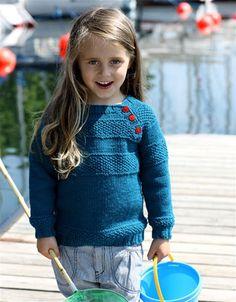 Maritimt strik er som skabt til sensommerdage ved vandet. Se den fine barnesweater med bobler her.