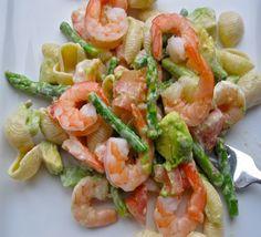 salade de pâtes, crevettes, avocat et asperges