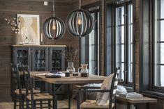 Visningshytter - Hyttekjøkken og hyttemøbler - Kistefos Møbler Kitchen Dining, Dining Room, Mountain Cottage, Wooden Cabins, Chandelier, House Design, Ceiling Lights, Table, Furniture