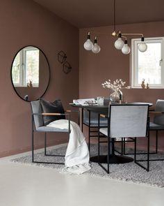 Fargen er varm og brent i tonene. Rustic Outdoor Decor, Rustic Kitchen Design, Kitchen Designs, Kitchen Ideas, Scandinavian Kitchen, Types Of Furniture, Interior Design Tips, Small Spaces, Modern Design