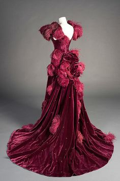 Ball gown, worn by Vivien Leigh in Gone with the Wind, Costume design by Walter Plunkett. Harry Ransom Center, University of Texas at Austin ❤️❤️❤️ ❣ Post 2 of 2 ❣ Vintage Outfits, Vintage Gowns, Vintage Mode, Vintage Fashion, Scarlett O'hara, Beautiful Costumes, Beautiful Gowns, Costume Hollywood, Look Gatsby