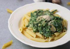 Penne mit veganer Spinat-Sahne-Soße - einfacher geht es nicht! Dieses Gericht steht in 15 Minuten auf dem Tisch. Mit Pilzen und Zwiebeln.