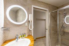 Salle d'eau chambre quadruple standard sans vue de mer Hotel Saint Malo, St Malo, Bathroom Lighting, Mirror, Furniture, Home Decor, Bedrooms, Water