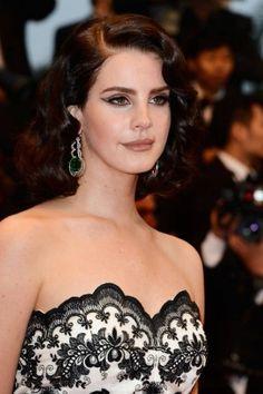 Lana Del Ray pour louverture du festival de Cannes a opté pour un look capillaire sorti tout droit de la prohibition : de belles vagues vintages. http://www.matandmax.com/salons/fr/tendances/stars.html?n=4