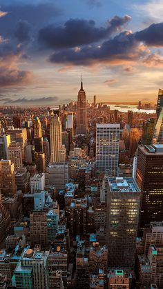 Behold the New York City skyline. Wallpaper Travel, New York Wallpaper, City Wallpaper, Wallpaper Backgrounds, Iphone Wallpapers, Sunset Wallpaper, New York Iphone Wallpaper, Animal Wallpaper, Nature Wallpaper
