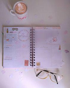 Bullet journal com tema de outono. Organização de tarefas. Caderno organizado. Outono no Brasil. Abril 2020. Planejamento semanal. Planejamento mensal. Flat lay coisas de papelaria. #outono #bulletjournal Bujo, Bullet Journal, Planner, Notebook, Daily Planning, Weekly Planner, Fall Themes, Stationery Shop, Stuff Stuff