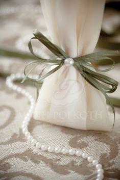 Μπομπονιέρα γάμου τούλινη με λαδί κορδέλα και περλίτσα