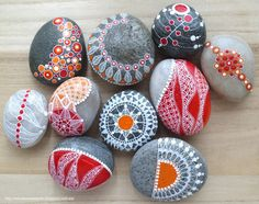 Painted stones (red and orange) Pebble Painting, Dot Painting, Pebble Art, Stone Painting, Pierre Decorative, Decorative Pebbles, Rock Crafts, Diy Arts And Crafts, Art Pierre