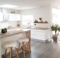 Regardless of whether you're planning for a move to another house or you essentially need to a kitchen redesign, these astounding kitchen Minimalist But Luxurious Kitchen Design thoughts will prove to be useful. Kitchen Living, New Kitchen, Kitchen Decor, Kitchen White, Kitchen Ideas, Kitchen Layouts, Kitchen Wood, Awesome Kitchen, Kitchen Small
