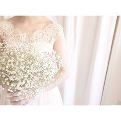 「来月お式のお客様* クラシックなレースのドレスにかすみ草の花束 3月の暖かいお式に向けてコーディネートをご一緒に考えさせて頂きました^ ^ ドレスとお揃いのレースが付いたグローブも一緒に* 柔らく優しい雰囲気のご新婦さまにピッタリです #weddingdress #wedding #ウェディング…」