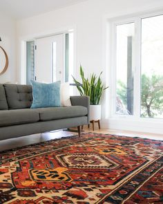 Area rugs are more than just simple decor accessories that can create astonishing effects in home design. Let's take a look at the six hottest area rug trends that will add color to your decor. Living Room Area Rugs, Design Living Room, Room Rugs, Living Room Decor, Bedroom Decor, Dining Room, Room Kitchen, Gold Bedroom, 50s Bedroom