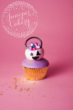 Impress everyone this Halloween with the coolest cupcake idea! Try our Halloween cupcake tutorial for your next spook-tacular bash!