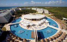 Le Grand Sirenis est un complexe situé sur la Riviera Maya, à environ 90km de l'aéroport de Cancun et à un peu plus de 30km de Playa del Carmen. Il s'agit d'un complexe, qui par son architecture moderne et minimaliste réussit à nous rappeler les grands temples Maya. Jaimonvoyage.com