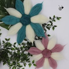 Flor decorativa de lana de oveja, diseñada para crear un ambiente bohemio y elegante. Discreto detalle que actualiza el estilo de cualquier lugar, además de un regalo muy original. Flor decorativa hecha a mano.