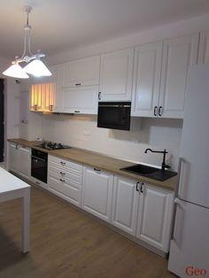 Bucatarie din MDF alb striat cu blat nebraska natur Mdf Doors, Wood Laminate, Home Kitchens, Interior Decorating, Kitchen Cabinets, New Homes, Nebraska, House, Design