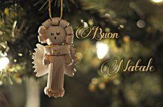 decorazioni natalizie angelo filo oro dorato fatto pasta rigatoni ruote di carro stelline farfalle ditalini sfera di legno albero di natale buon natale