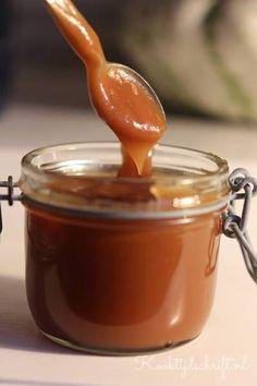 Karamelsaus is zo ongelofelijk lekker als je het zelf maakt. Deze karamelsaus is heerlijk over ijs, over pannenkoeken of bij een dessert. Makkelijke karamelsaus