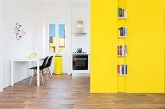 Rückkehr zu den breiteren Raum der wichtigsten offener Wohnbereich, sehen wir, wie es mit der weißen, minimalistische Küche verbindet und wie die Fett gelbe Farbe im ganzen Haus erscheint.