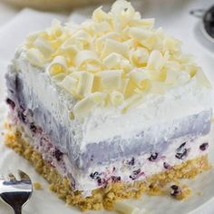 Its a NO BAKE dessert that the whole family will LOVE! So easy to make and prepare ahead of time. Its a heavenly dessert that youll want to make time and time again. Starts with an oreo cookie crust and is topped off with white chocolate curls! No Bake Chocolate Desserts, Chocolate Eclair Cake, Blueberry Desserts, No Bake Desserts, Easy Desserts, Blueberry Fruit, The Banana Splits, Summer Dessert Recipes, Recipes Dinner