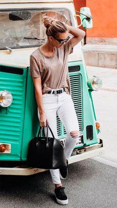 Street style look com tênis.