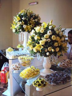 Lirio amarelo e rosas de Flora Casablanca