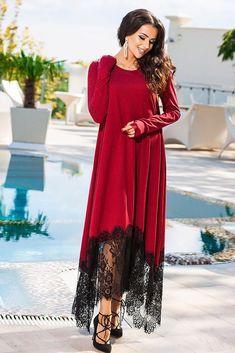 Изысканное платье красного цвета с кружевом