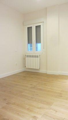 Interior de dormitorio principal, tarima laminada Elite de Quick Step con microbisel, modelo Roble White Claro.