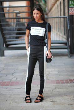 Blusa preta e branca, Balenciaga. Calça preta com listra banca, birken preta. Look preto e branco, black and white