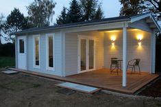 Durch die hell-graue Fassade wirkt das Gartenhaus Nürnburg auch abends einladend.