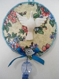 Mini Mandala Divino, trabalhada em tecido de algodão, peças de bijuteria, Divino de resina. Peça única. diâmetro : 9 cm R$ 18,00