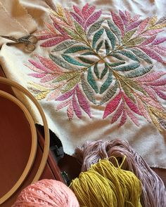 Fun Diy Crafts, Thread Work, Straw Bag, Quilts, Instagram, Bags, Deco, Embroidered Pillows, Bedspreads
