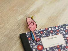A la page, avec du plastique fou {DIY} • Hellocoton.fr Diy Plastique Fou, Diy Marque Page, Diy Accessoires, Shrinky Dinks, Shrink Plastic, Inner Child, Paper Cutting, Bookmarks, Crafts For Kids