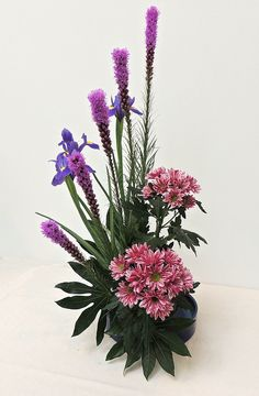 Ikebana, My Flower, Flower Art, Modern Floral Arrangements, Altar Flowers, Arte Floral, Funeral, Orchids, Diy And Crafts