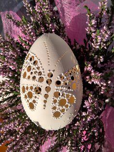 Husí+kraslice.+Chytila+jsem+na+vajíčku+motýla...+Eggs+art+-+každá+kraslice+je+originál.+Velikonoce+-+dekorace+i+dáreček+:-)+Husí+kraslice,+madeirové+-+děrované,+chemicky+ošetřené.+Velké+asi+7+-9+cm(některé+jsou+velké+i+okolo+10+cm)+Motiv+motýla+vyvrtán+i+zdoben+voskem+++kraslice+dozdobena+bílými+voskovýmimotivy+Vyrábím+i+různé+jiné+další+krasice,stačí+se...