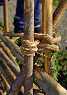 Rakenna riukuaita   Meillä kotona Fence Doors, Rail Fence, Garden Shrubs, Garden Fencing, Building A Fence, Green Building, Wattle Fence, Fence Trees, Garden Nook
