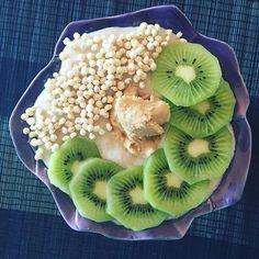 Booooom dia  hoje papinhas com whey toffee fudge sundae @mws.pt  kiwi  manteiga de caju  #breakfast #breakfastlovers #cafedamanha #papasdeaveia #fitnessblogger #fitnessportugal #iifym #iifymportugal #dietaflexivel #comidadobem #comersaudável #estilodevida #runningforpancakesblog ( # @anaisagoncalves)