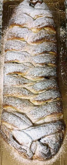 La treccia mochena è un dolce tipico trentino, a base di pasta brioche e un delizioso ripieno a base di crema pasticcera e marmellata di mirtilli. Sweet Recipes, Cake Recipes, Dessert Recipes, Pie Dessert, Cookie Desserts, Sweet Corner, Beautiful Fruits, Food Club, Secret Recipe