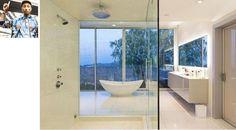 Simples e chique, este banheiro branco com parede de vidro pertence ao músico Pharrell