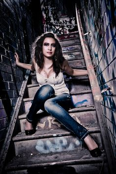 Graffiti senior picture ideas for girls. Graffiti senior pictures. #graffitiseniorpictures #seniorpictureideasforgirls