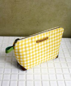 Easy Zippered Cosmetics Bag Pattern + DIY Tutorial in Pictures. Sewing Hacks, Sewing Tutorials, Sewing Projects, Handbag Patterns, Cosmetic Bag Tutorial, Easy Sewing Patterns, Toiletry Bag, Sewing Accessories, Handmade Bags