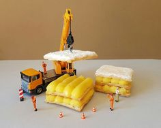 Italian pastry chef Matteo Stucchi plays with desserts to create whismical miniature scenes. The chef uses his imagination and turns a simple tiramisu and Dessert Landscaping, Miniature Calendar, Miniature Photography, Italian Pastries, Boutique Deco, Eat Seasonal, Tiny World, Mini Things, Small Things