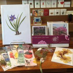 Gravuras, marcadores de livros, cadernos, cartões com flores.